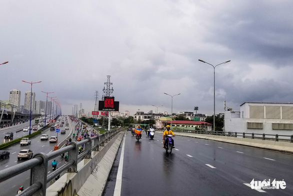 Xe cộ lại được đi qua cầu vượt Nguyễn Hữu Cảnh - Ảnh 2.