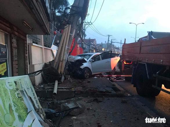 Trộm lái ô tô lao vào công an, tông nghiêng cột điện ở Thủ Đức - Ảnh 1.