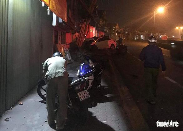 Trộm lái ô tô lao vào công an, tông nghiêng cột điện ở Thủ Đức - Ảnh 2.