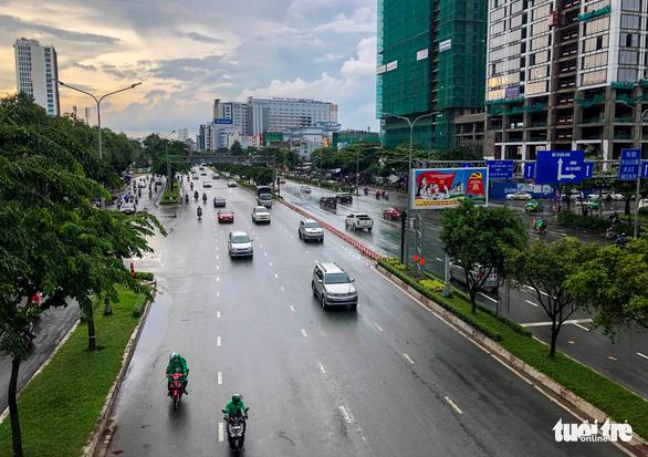 Xe cộ lại được đi qua cầu vượt Nguyễn Hữu Cảnh - Ảnh 4.