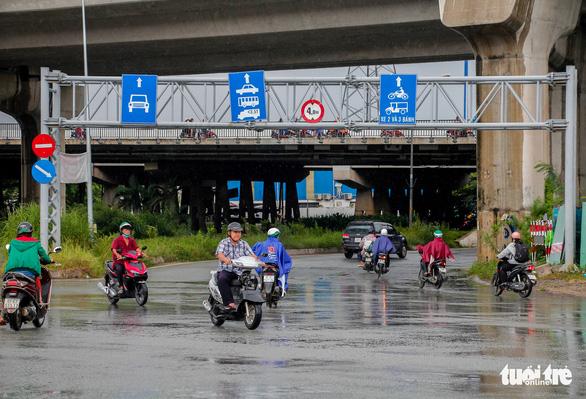 Xe cộ lại được đi qua cầu vượt Nguyễn Hữu Cảnh - Ảnh 3.