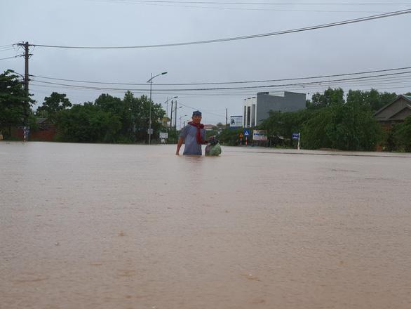 Miền Trung mưa lũ phức tạp, nguy cơ cao lũ quét, sạt lở đất vùng núi - Ảnh 1.