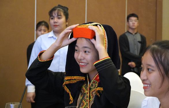 50 nữ sinh dân tộc thiểu số nhận học bổng Mở đường đến tương lai - Ảnh 2.