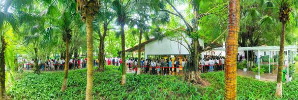 Khách xếp hàng mua nhà tại Ecopark - Ảnh 1.