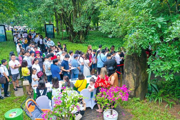 Khách xếp hàng mua nhà tại Ecopark - Ảnh 3.