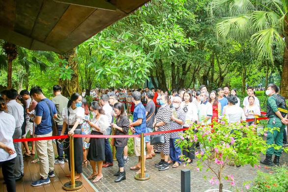 Khách xếp hàng mua nhà tại Ecopark - Ảnh 4.