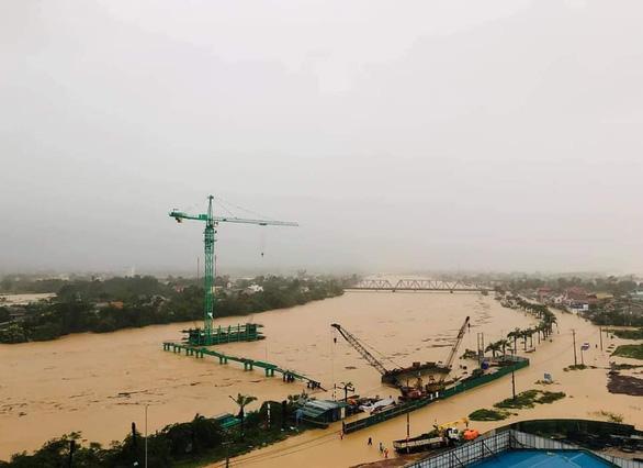 Thủ tướng: Không để gia tăng ngập lụt ở miền Trung do thủy điện xả lũ - Ảnh 1.