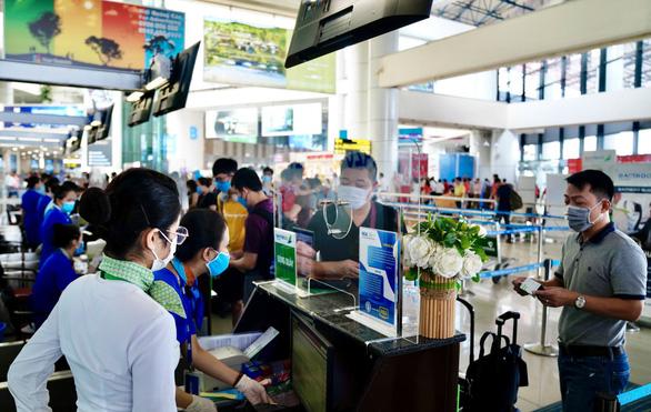 Hành khách đi máy bay tại Nội Bài được kiểm tra y tế 2 lần - Ảnh 1.