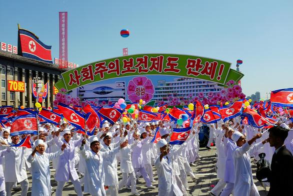 Triều Tiên tập dượt duyệt binh lớn nhất lịch sử kỷ niệm 75 năm thành lập Đảng Lao động - Ảnh 1.
