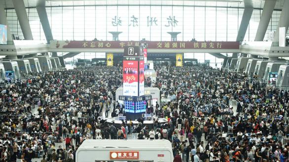 Vạn Lý Trường Thành, Bến Thượng Hải chật kín du khách bất chấp COVID-19 - Ảnh 2.
