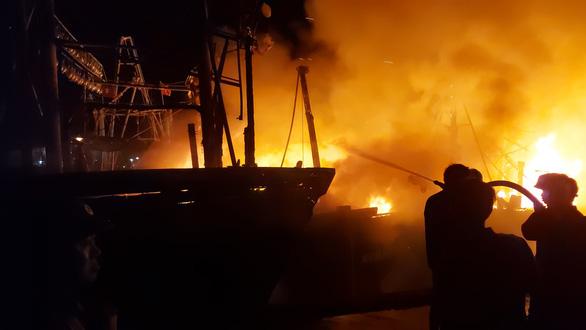 Nhiều tàu cá ngư dân Nghệ An đang cháy ngùn ngụt trong đêm - Ảnh 7.