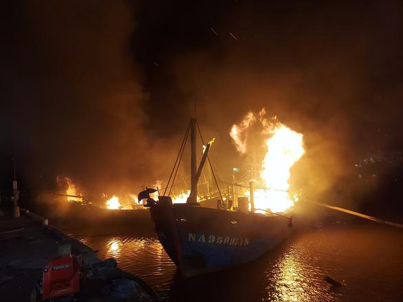 Nhiều tàu cá ngư dân Nghệ An đang cháy ngùn ngụt trong đêm - Ảnh 6.