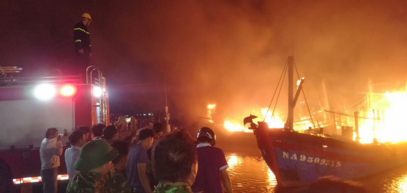 Nhiều tàu cá ngư dân Nghệ An đang cháy ngùn ngụt trong đêm - Ảnh 5.
