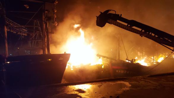 Nhiều tàu cá ngư dân Nghệ An đang cháy ngùn ngụt trong đêm - Ảnh 4.