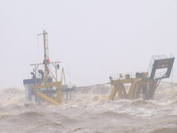 2 thuyền viên tàu Vietship 01 rơi xuống biển và được sóng đánh vào bờ sau hơn nửa tiếng mất tích - Ảnh 1.