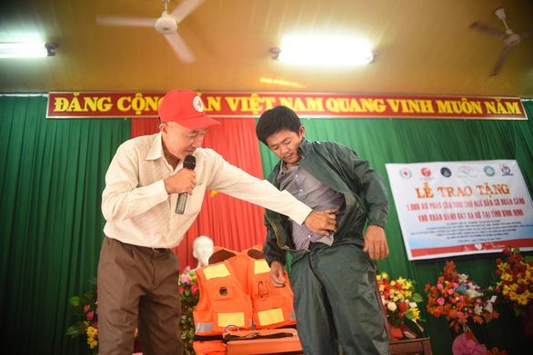 Ngư dân Bình Định đón nhận 1.000 áo phao cứu sinh từ phu nhân nguyên Chủ tịch nước - Ảnh 2.