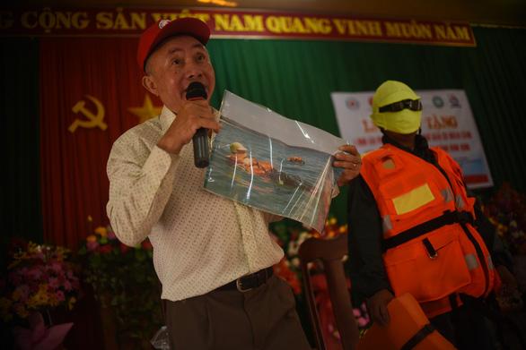 Ngư dân Bình Định đón nhận 1.000 áo phao cứu sinh từ phu nhân nguyên Chủ tịch nước - Ảnh 3.