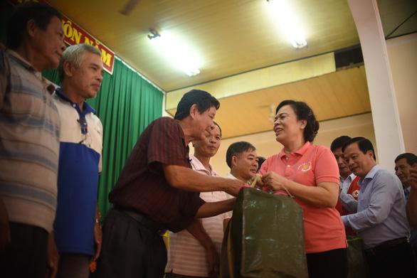 Ngư dân Bình Định đón nhận 1.000 áo phao cứu sinh từ phu nhân nguyên Chủ tịch nước - Ảnh 1.