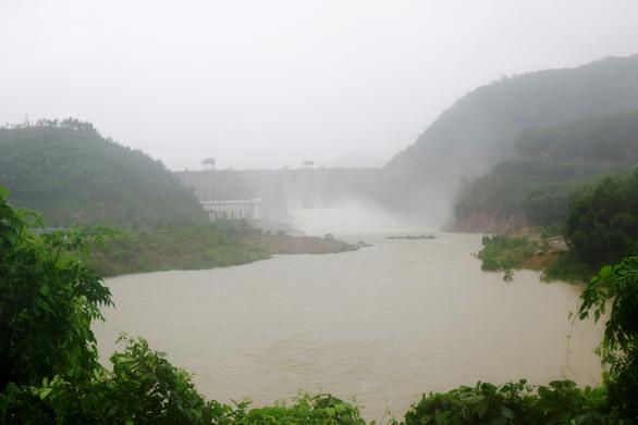 Huế: Thủy điện xả nước đón lũ, học sinh vùng thấp trũng được nghỉ học - Ảnh 1.
