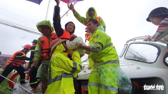 Lao vào cứu hàng trăm hộ dân bị cô lập trong lũ dâng cao ở Quảng Trị - Ảnh 2.