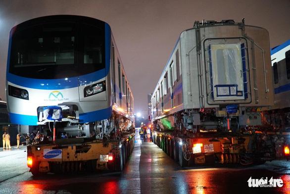 Đoàn xe siêu trường, siêu trọng chở toa tàu metro khởi hành trễ so với dự kiến - Ảnh 4.