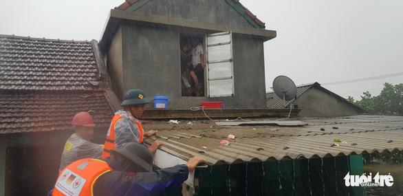 1 người chết do mưa lũ ở Huế, tàu SE4 phải quay đầu chạy về ga Đà Nẵng - Ảnh 3.