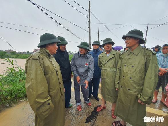 Lao vào cứu hàng trăm hộ dân bị cô lập trong lũ dâng cao ở Quảng Trị - Ảnh 10.