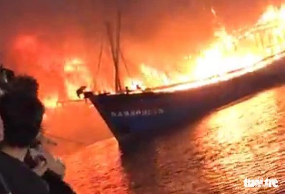 Nhiều tàu cá ngư dân Nghệ An đang cháy ngùn ngụt trong đêm - Ảnh 1.