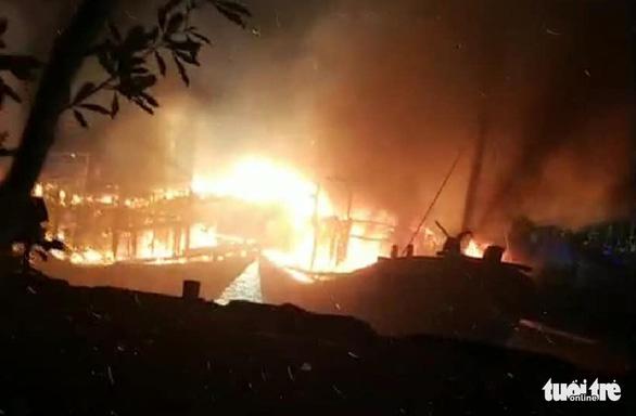 Nhiều tàu cá ngư dân Nghệ An đang cháy ngùn ngụt trong đêm - Ảnh 3.