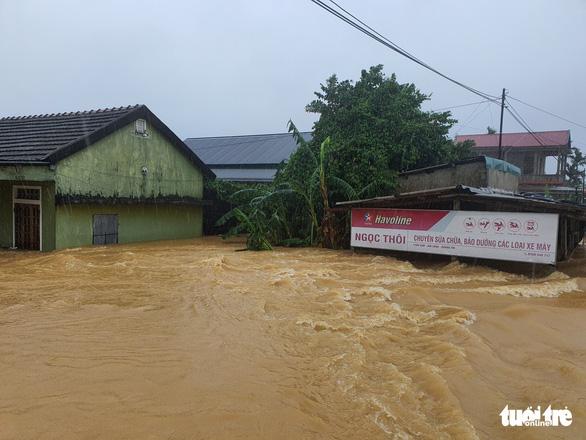 Lao vào cứu hàng trăm hộ dân bị cô lập trong lũ dâng cao ở Quảng Trị - Ảnh 1.