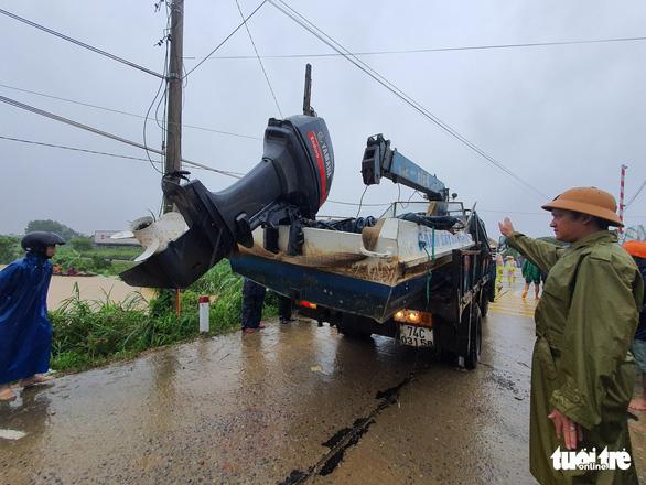 Lao vào cứu hàng trăm hộ dân bị cô lập trong lũ dâng cao ở Quảng Trị - Ảnh 4.