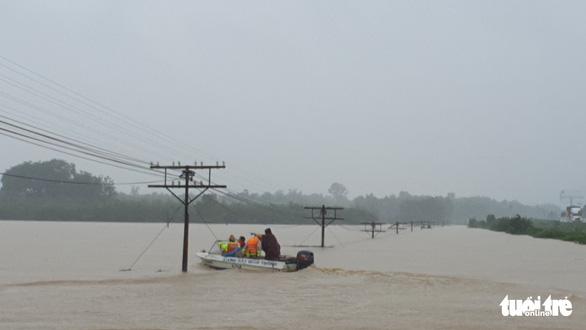 Lao vào cứu hàng trăm hộ dân bị cô lập trong lũ dâng cao ở Quảng Trị - Ảnh 5.