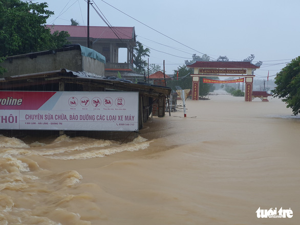 Lao vào cứu hàng trăm hộ dân bị cô lập trong lũ dâng cao ở Quảng Trị - Ảnh 6.
