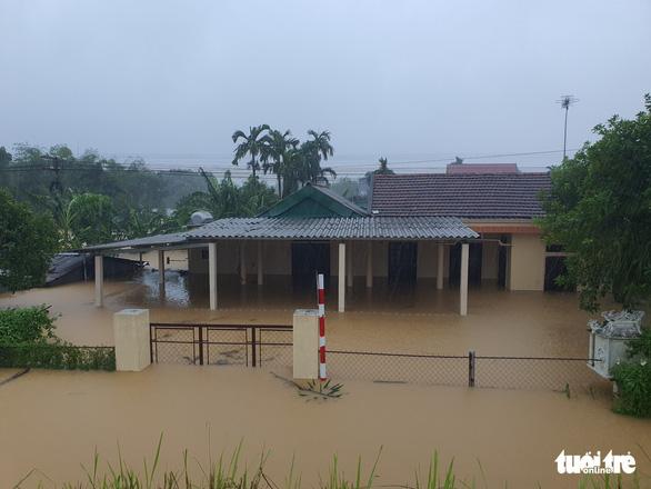 Lao vào cứu hàng trăm hộ dân bị cô lập trong lũ dâng cao ở Quảng Trị - Ảnh 7.