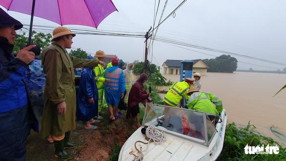 Lao vào cứu hàng trăm hộ dân bị cô lập trong lũ dâng cao ở Quảng Trị - Ảnh 8.