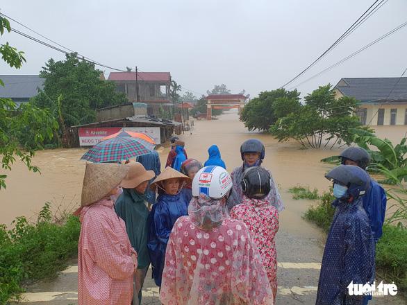 Lao vào cứu hàng trăm hộ dân bị cô lập trong lũ dâng cao ở Quảng Trị - Ảnh 9.