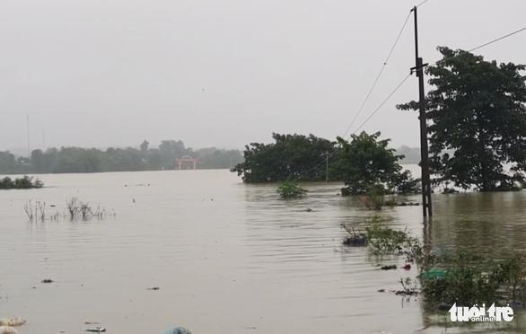 5 xã ở huyện miền núi Hà Tĩnh bị cô lập do mưa lũ - Ảnh 2.
