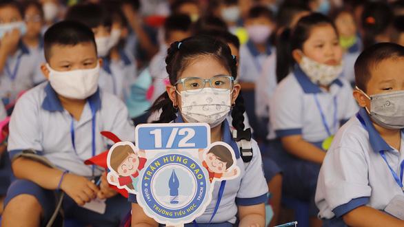 Con học sách Tiếng Việt lớp 1 chả sợ gì, nhưng ba má thì hết hồn - Ảnh 1.