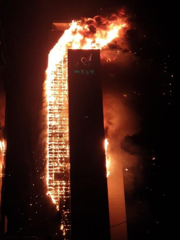 Lửa bao trùm tòa nhà 33 tầng ở Hàn Quốc giữa đêm - Ảnh 3.