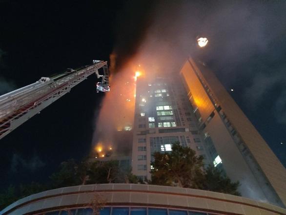 Lửa bao trùm tòa nhà 33 tầng ở Hàn Quốc giữa đêm - Ảnh 2.