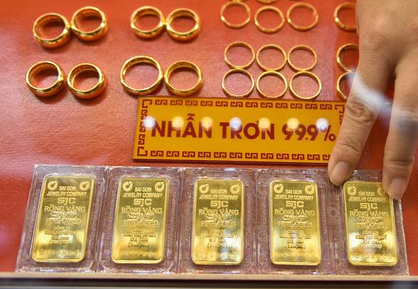Giá vàng nhẫn chênh lệch cao, kích giá USD đi lên - Ảnh 1.