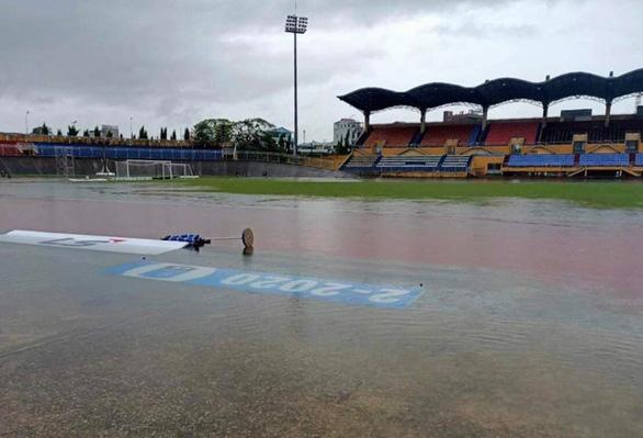 Mưa to ngập sân Tự Do, hoãn trận đấu giữa CLB Huế- Long An - Ảnh 1.