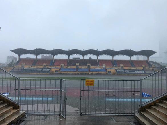 Mưa to ngập sân Tự Do, hoãn trận đấu giữa CLB Huế- Long An - Ảnh 2.