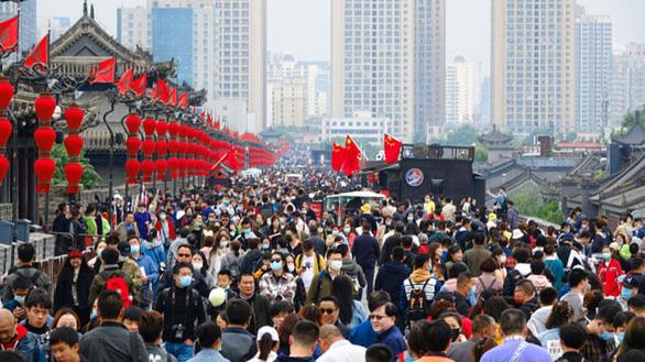 Vạn Lý Trường Thành, Bến Thượng Hải chật kín du khách bất chấp COVID-19 - Ảnh 6.