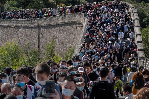 Vạn Lý Trường Thành, Bến Thượng Hải chật kín du khách bất chấp COVID-19 - Ảnh 1.