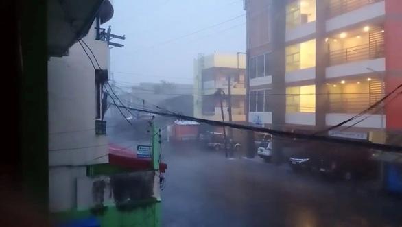 Siêu bão Goni đổ bộ Philippines gây ra một loạt vụ sạt lở đất, mưa dữ dội - Ảnh 1.
