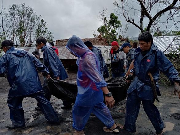 Bão Goni giảm sức mạnh khi đổ bộ vào Philippines, ít nhất 4 người chết - Ảnh 2.