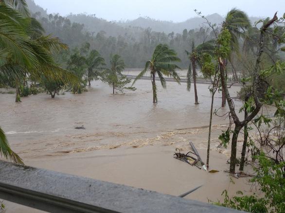 Bão Goni giảm sức mạnh khi đổ bộ vào Philippines, ít nhất 4 người chết - Ảnh 1.