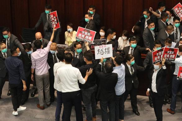 Hong Kong bắt 7 nghị sĩ và cựu nghị sĩ gây rối hồi tháng 5 - Ảnh 1.