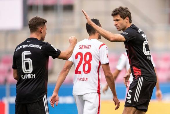 Lãnh bàn thua vì VAR, Bayern Munich vẫn thắng sát nút và lên đầu bảng - Ảnh 2.